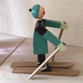 Kay Bojesen skiløber (dreng) sælges.  Har kun stået til pynt i en måned og har derefter været opbevaret i et skab. Den originale kasse findes muligvis stadig. Np. 699 kr. Sender gerne.  Mp. 350 pp, men byd😁