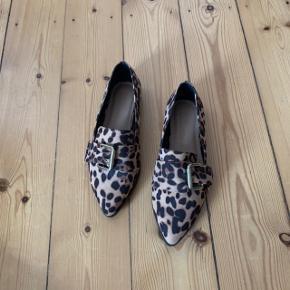 Leopard loafers fra Asos i str. 37.  Aldrig brugt.  Sælger til den hurtigste køber ⚡️  Køber betaler porto. Kan også hentes på min adresse i KBH S. Tæt på Amagerbro metro st.  Se også min profil og alle mine mange andre flotte og billige varer jeg har til salg 🌸  Tryk køb nu eller bed mig oprette en handel, hvis du er interesseret ☺️  Tags: Leopard - loafer - sko - flats - flade - ballarina - ballerina - ballerinaer - ballarinaer - spænde - spidse - snude - dyreprint - print - multi - brun - brune - work wear