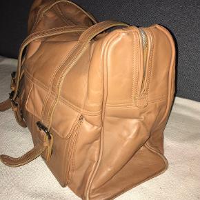 Flot kraftig kærnelæder weekend/hverdags taske Str 40x28x15 der er plads til det hele.  Tasken er i meget fin stand. Kun inderlynlåsen i for'et kan ikke lukke. Ellers er den i super lækker stand.