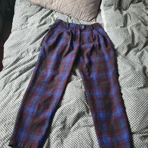 Vildt fede bukser i uldblanding. Jeg har købt dem herinde, men de er desværre for små til mig. De er en small, og til den lille side efter min mening. Jeg er 165, og de er lidt cropped på mig 😊