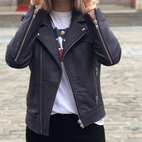 Helt ny læder jakke fra Moves by Minimum Kun brugt en enkelt gang i to timers tid.  Nypris er: 1500kr.  Min mp: 1000kr. Eksklusiv forsendelse.