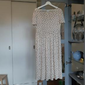 Transparent, beige kjole med sorte prikker fra VILA. Brugt få gange. Kjolen passes også af en str S.
