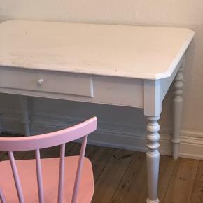 Smukt bord der både kan bruges som spise og skrivebord ☺️ BYD gerne. Der kan sidde to på hver side og en for hver bordende (til fødselsdage og sådan har vi siddet to) Det er 77 cm højt, 113 langt og 72 bredt :)