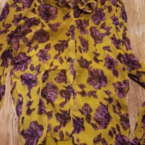 Spar 20 %   BaumundPferdgarten, gul/lilla bluse.