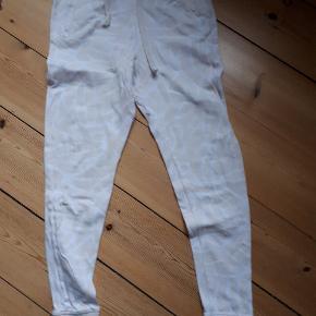 Bukserne er vasket og brugt 2 gange og har ellers bare ligget i skabet.