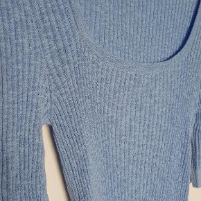 Sød tætsiddende elastisk bluse med rund udskæring. Sidder super godt. Aldrig brugt. Nypris 299