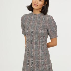 Lækker kropsnær kjole i tern fra H&M str. 38. Kun brugt en enkel aften.   Den er medium-kraftig i materialet.  64% polyester, 32% Viscose 4% elestan   Kan afhentes i Vejle eller Århus C, eller sendes på købers regning.