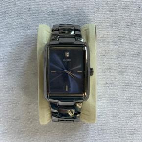 Guess-ur sælges da jeg ikke får det brugt meget. Fint ur. Æske medfølger