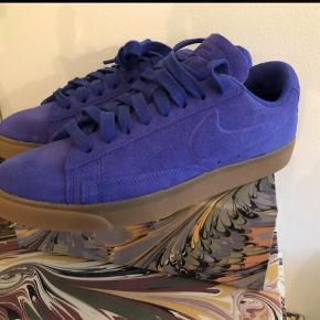 Helt ubrugt Blazer Low SD Sneakers i farven paramount blue/light brown. Farven er som på billede 1-4.  Str 38,5, men ret små i str. Vil Sige, de passer en helt almindelig str 38.  Helt ubrugte. Mindstepris er 295pp Bytter ikke🌸