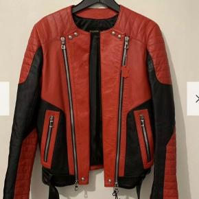 Brugt 2-3 gange.. den her jakke garantere dig opmærksomhed. Tags følger med. Str M/L skal mere bruges så skriv endelig