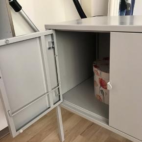 Tv-møbel fra IKEA. Den er nærmest ikke brugt, står rigtig fint. Skriv hvis du skal bruge flere informationer eller flere billeder🌸🌸