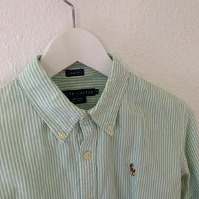 Flot velholdt skjorte fra Ralph Lauren. Str. 10, men svarer cirka til en str. 38.  Farven er grøn/mint
