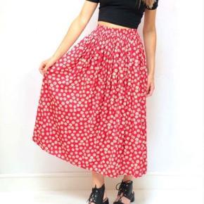 Sælger denne smukke vintage nederdel i det fineste print! Elastisk i taljen - passer både en S og M.