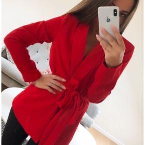 Smuk rød Neo Noir Lauren blazer i str. XS - stadig med prismærke. Den passer desværre ikke mig. Nypris 699 kr. Fejler intet og er ikke brugt.