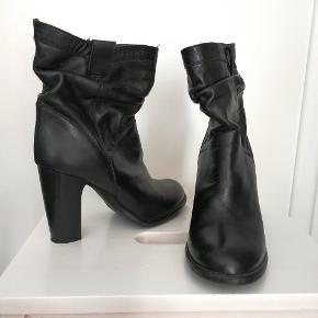 Sælger disse super lækre støvler fra Nome, som fremstår i meget pæn stand. De er kun brugt et par gange og søger nu en ny ejer, som vil bruge dem 😃 Hælen er 9 cm og støvlen som helhed er Ca. 24,5 cm.  Støvlerne er i læder og uden for. Skriv endelig for mere information 😊 #30dayssellout Se også mine andre annoncer 😊 👇