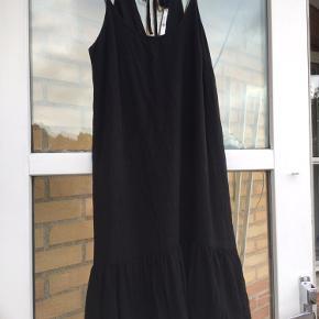 Flot, underforet kjole brugt 1 gang. Str 34 men passer også 36/38. 100% viscose