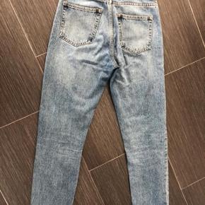har ryddet ud i klædeskabet og fundet en masse flotte ting som sælges billigt, finder du flere ting, giver jeg gerne et godt tilbud.... Flotte Weekday jeans aldrig brugt - kun vasket - desværre købt for lille