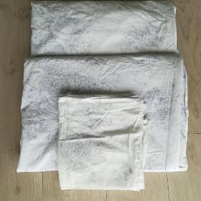 NSN sengetøj fra Ikea. 2 sæt.  140x200  På billedet ser pudebetrækket gulligt ud - det er lyset som gør det. Pudebetrækket har ingen misfarvning.