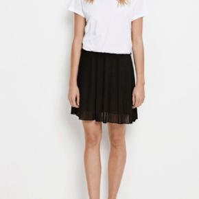 Flot nederdel str xs (passer også S) med plicé og elastik i livet. Kun brugt få timer! Kom med et bud 😉