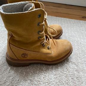 Timberland støvler brugt meget lidt, men har fået en sort plet på snuden. Kan ses på billedet