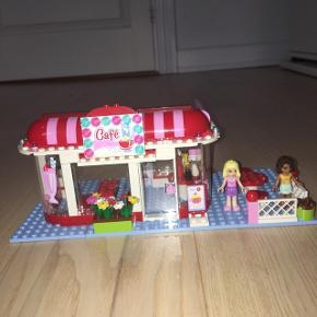 Lego friends Park Cafe 3061 fra ikke ryger hjem. Pænt og velholdt, mangler kun få klodser, men er fuldt funktionsdygtig, se billederne.