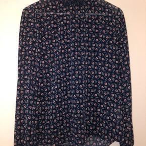 Mørkeblå bluse med blomster på i str. M med lukning i nakken 🌼