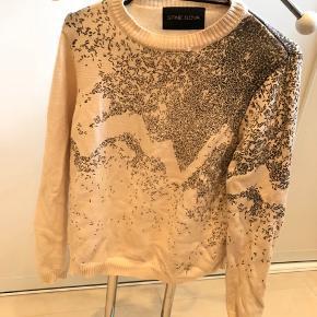 Sødeste strik sweater fra Stine Goya.  Godt brugt med slidtegn derfor den billige pris. Men helt sikkert stadig brugbar og fin.  En lille sygning er gået op i kraven. Det vises på en af billederne