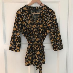 Sød trøje med bindebånd i fra Vero Moda str. S. Kun brugt en enkelt gang eller to.  Kan sendes for købers regning.