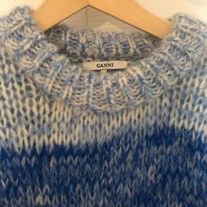 Varetype: Andet Farve: Blå Oprindelig købspris: 3100 kr.  Sælger denne her Ganni sweather som er blevet brugt 1 gang, sælges grundet den var for lille Ny prisen var 3100