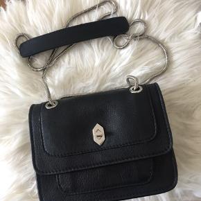 Fin Adax taske i god størrelse. Den er aldrig brugt, da jeg fik en anden taske i fødselsdagsgave.