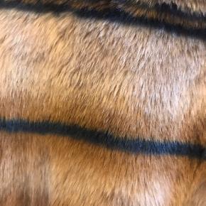 Flot fake fur i en varm camel med en mørkeblå stribe. Lukkes med trykknapper. Fin som overgangsjakke.  Mærke Saint Trope Str M/38 Materiale 100% polyester Bytter ikke Fast pris