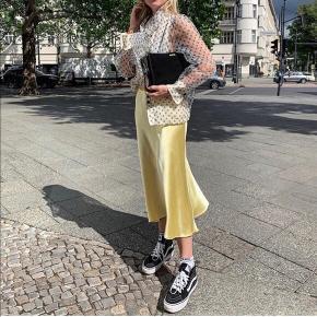 Zara gul satin nederdel, kun brugt 1 gang🌟 kom gerne med et bud