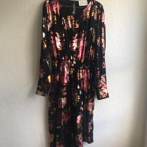 Verdens smukkeste kjole med asymmetrisk flæsekant forneden og det flotteste blomsterpragt i metalic rødlige farver. Elastik i taljen og knappede manchetter. Kun brugt en aften. Kom med et bud 🤗 Vil gerne have ryddet op i skabet.
