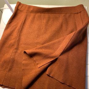 Lækker nederdel fra mango. Perfekt stand og passer en medium-large