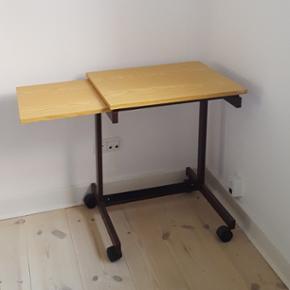 Lille skrivepult/skrivebord på hjul sælges.   Ca. 63cm højt og 82cm langt, når bordet er helt udslået.   Afhentes eller leveres i Aalborg.