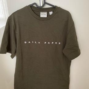 Helt ny tshirt fra Daily Paper i mørkegrøn. Str xs, men den kan passes helt op til str M, da den er meget oversized.