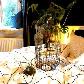 Mega fin grå trådlampe. Helt ny med prismærke. E27 og ca 50 cm høj. Nypris 600  Prisen er fast - ellers beholder jeg den bare selv :)