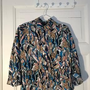 Nice skjorte fra Monki. Ny med prismærke!  Kig gerne på min profil, jeg har både puder, tøj, sko, tasker, træningstøj, undertøj, jakker og vægtæpper!  Laver gerne en god aftale hvis du er interesseret i flere ting :-)