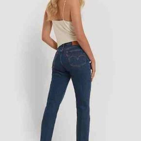 """Levi's 501 CT. Helt nye Virkeligt fede og top moderne jeans. Klassikeren over alle klassikere, tæt forfulgt af Ray Ban Pilot solbrillen og Converse """"støvlen"""". Kan bæres på flere forskellige måder 29"""" = M  Se også mine andre annoncer med tøj i høj kvalitet og stand til vanvittigt lave priser."""