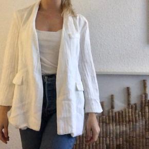 Elegant Slå-om jakke i hvidt stof med struktur