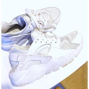 Flotte hvide Nike Huarache 🤍  Vil sige næsten som ny, men der er få bitte mærker, som er uundgåeligt. Men bestemt ikke beskidte eller falmede eller gule.   Er en 38,5 men små i str. Passer en 37.   Nypris 1200,-   #trendsalesfund