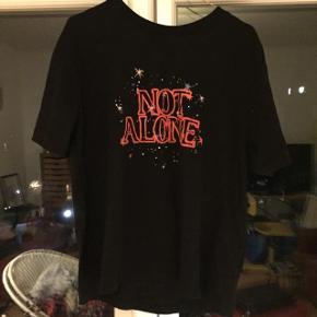 Fed t-shirt med print!  Kun brugt 1 gang, så næsten ny. Kan afhentes i Århus.