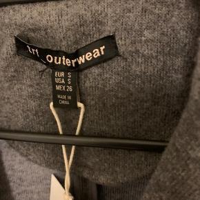 Mørkegrå frakke / jakke / cardigan fra zara i str S. Model har to knapper foran (xtra knap i mærke indeni) samt to forlommer - ikke sprættet op. Materiale poly og acryl Mål: længde ca 88 pg bredde fra ærmegab til ærmegab ca 46,5-47 cm uden at stretche. Ærmer fra skulderkant og med ca 60 cm