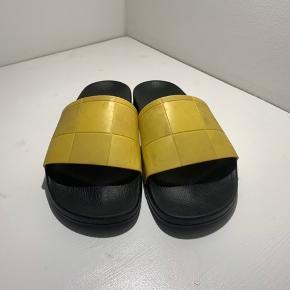 Skriv for flere billederne   Adidas x Raf slides