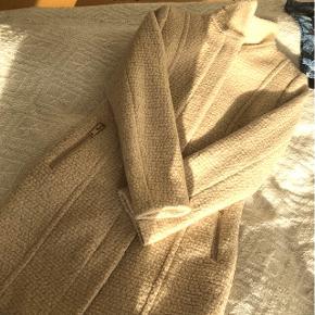 Jakke/frakke, Uldblanding. Købt sidste år, brugt en enkelt gang. Str 36 Nypris 750 kr  Køber betaler evt fragt via DAO, bud er velkomne . Bytter ikke 😊