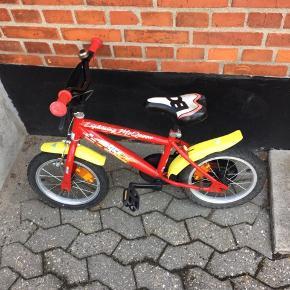 Cykel med lynet McQueen. Brugt men stadig fin. Der kan følge støttehjul med.  Byd