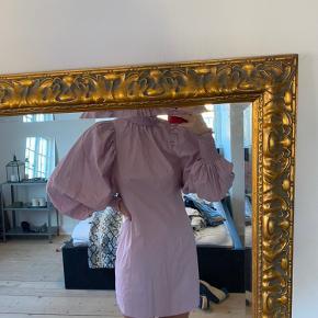 Sælger denne flotte kjole fra H&M. Aldrig brugt. Nypris 449,- og sælges for 200kr. Det er en str small.