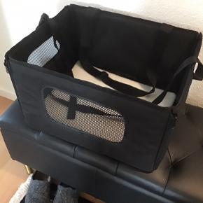 Transport taske til lille hund 3-5 kg. skal monteres på for eller bagsæde, KUN BRUGT EN GANG!! Blød måtte i bunden og lynlåse i alle sider og 2 carbinhager 48 cm lang 36 cm bred 26 cm høj