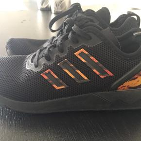 Adidas Sneakers Sort m tigerstriber-mønster Str.33  Brugt max 2gange. Fremstår som ny!