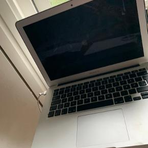 Jeg sælger min Macbook Air, da jeg lige har købt en ny. Den fungerer helt optimalt, og er god til både skolearbejde, men også til at se serier og surfe på internettet med ☺️